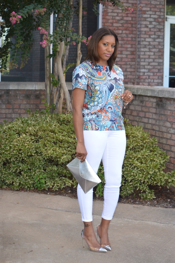 print-top-white-pants